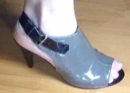 Sandália cinza em verniz - Tabita - nr 38 - salto 9 - Aceito cartões!