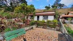 Vende-se casa com 2 quartos sendo uma suíte, terreno com 1065 m². Ótima localização!