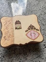 Porta joias com bijuterias incluídas