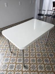 Mesa com 4 banquetas super conservada