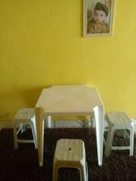 Mesa com 3 banquinhos brancos