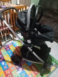 Carrinho de bebê preto com bebê conforto (Kiddo Winner)