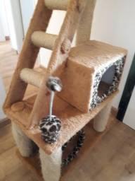 Arranhador, brinquedo e puleiro para gatos