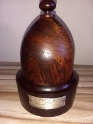 Domo antigo em madeira jacarandá com uma coroa dentro premio PET. K. C 1968