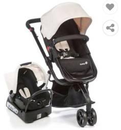 Carrinho com bebê conforto e base para veículo.