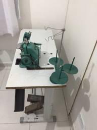 Máquina de costura overloque.