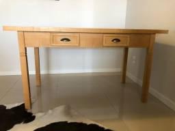 Mesa de madeira clara