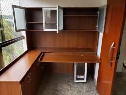Móvel para escritório com bancada de apoio, armários, mesa para impressora e computador