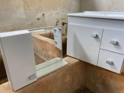Armário para banheiro com pia e espelho.