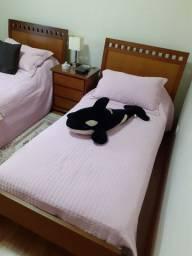Conjunto de 2 camas de solteiro e 1 cabeceira em madeira na cor amêndoa