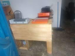 Mesa rústica feita com paletes e compensado
