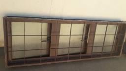 janelas verticais com vidro