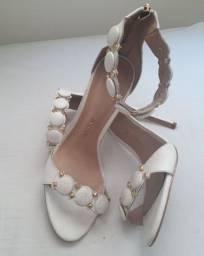 Sandália Branca marca Ávida. Número 39