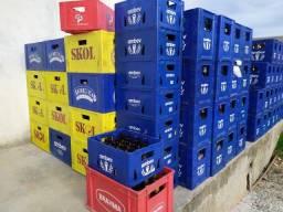 Caixas de cerveja com garrafas