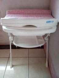 Trocador rosa com banheira