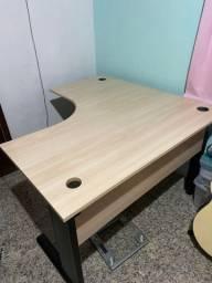 Mesa de madeira e metal