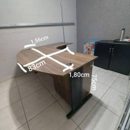 Mesa, armários e gaveteiro