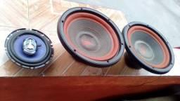 03 alto falantes sendo: 02 de 12¹ e 01 de 06 polegadas
