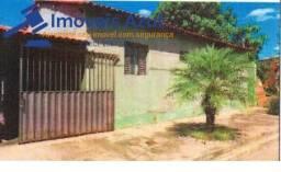 CASA NO BAIRRO CENTRO EM MONTALVANIA-MG