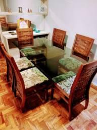 Mesa de jantar com 06 cadeiras, tudo muito novo.