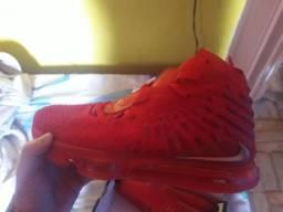 Tênis Nike Lebron 17 vermelho dourado