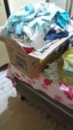 Vendo um lote de roupas menino recém nascido são 50 peças.