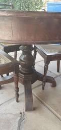 Mesa e 4 cadeiras antigas.