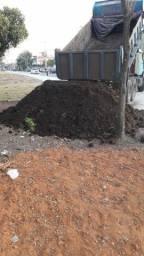 Caminhão de terra adubada e preparada para hortaliças