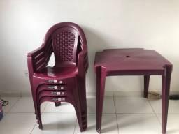 Vende- se mesa com 4 cadeiras, cor vinho. Novissimas!