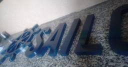 Placas e letras alto relevo