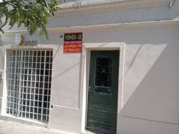 Vende- se está casa na Praça Padre Carlos Cottart.