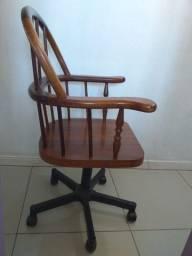 Cadeira rústica de madeira com roda giratória 360º