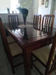 Mesa de madeira maciça com 6 cadeiras + uma bicama.