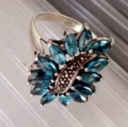Anel de prara antiguidade com pedras topázio azul em formato de folhas.
