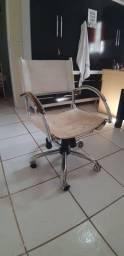 Cadeira de escritório de couro e rodinhas
