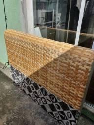 Cabeceira cama em bambu trançado.