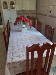 Mesa de madeira com 8 cadeiras estofadas