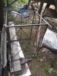 Uma grades de ferro pra proteção de porta e uma grade de proteção pra ar-condicionado.