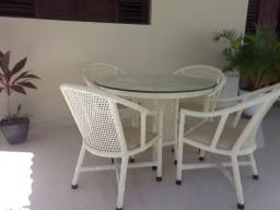 Conjunto de mesa e cadeiras.