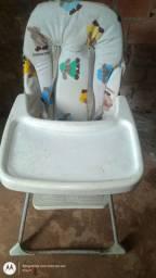 Banheira com trocador e cadeira de alimentação.