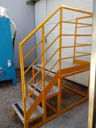 Escada tipo plataforma com guarda corpo