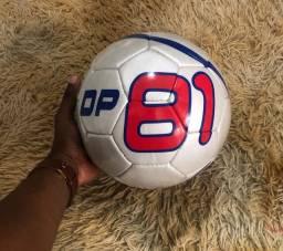 Bola de futebol campo e society.