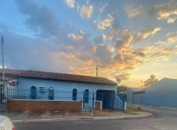 Vendo casa de esquina no centro de Várzea Grande
