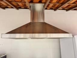 Coifa de parede, pia de cozinha, janela e porta