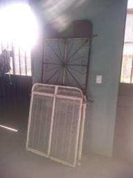 Uma porta de ferro e duas janelas ferro com vidro