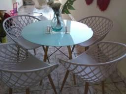 Linda mesa c 4 cadeiras