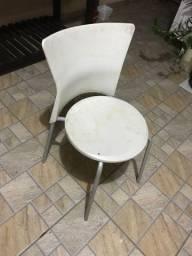 Doação de Uma cadeira branca - Retirar no Local