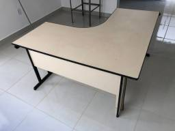 Mesa em L com gaveteiro e chave
