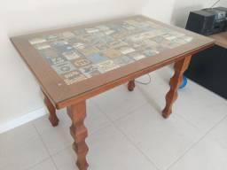 Mesa com detalhes em azulejo