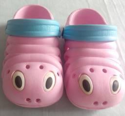 Sandália estilo crocs